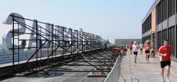 Vytrvalostní bežci si otestujú svoje schopnosti  na streche rozhlasovej pyramídy RTVS.