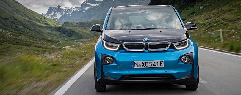 BMW i3 vyráža z mesta. Na jedno nabitie zvládne až 300 km!