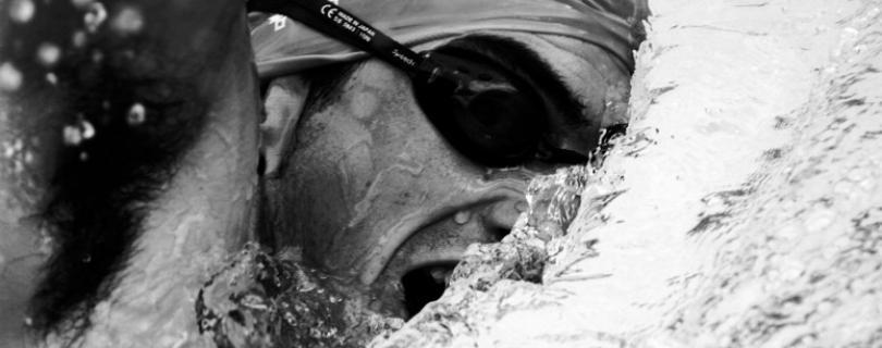 Popredného triatlonistu zhodili z bicykla a spôsobili mu vážne zranenia
