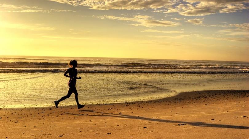 Chcem každé ráno behávať po pláži. Mám behať naboso?