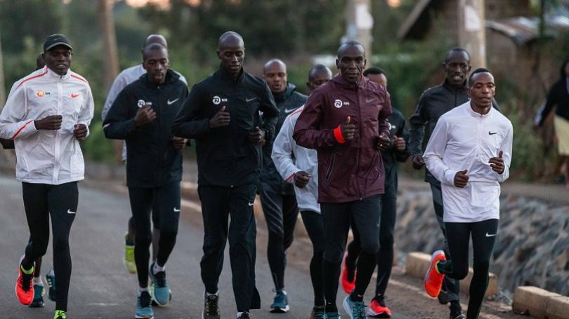 VIDEO: Kipchoge sa pokúsi pokoriť dvojhodinovú hranicu v maratóne. Kúsok od slovenských hraníc!
