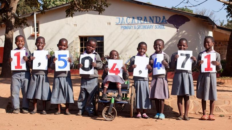 Chudobným deťom vo svete vybehajú školské obedy