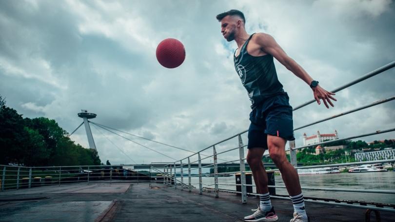 Rekreační bežci sa môžu udržiavať aj počas preventívneho pobytu doma, radí tréner Lendvorský