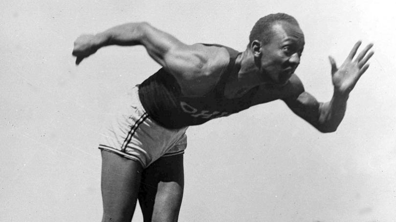 Jesse Owens prekonal 5 svetových rekordov za 45 minút. Neskôr šokoval Hitlera štyrmi zlatými na OH v Berlíne