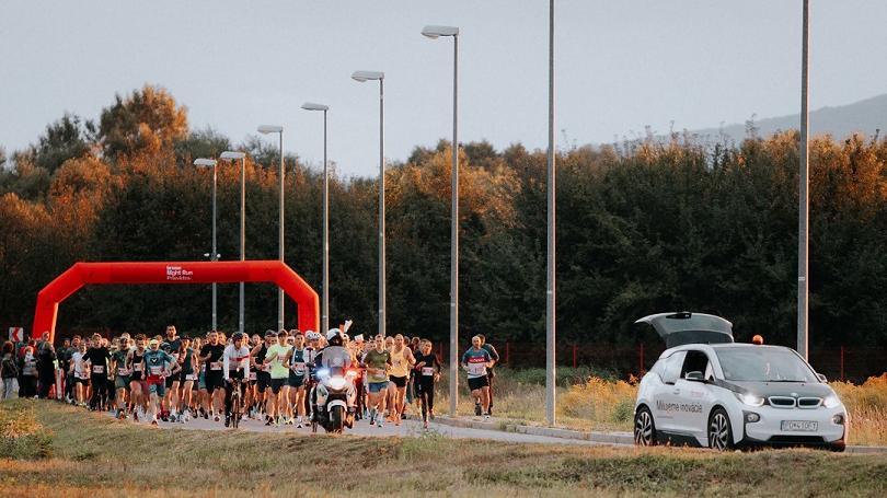 FOTO: Rýchla trať, skvelá atmosféra, svetelná šou. Rekordný Brose Night Run Prievidza si užívalo takmer 700 bežcov