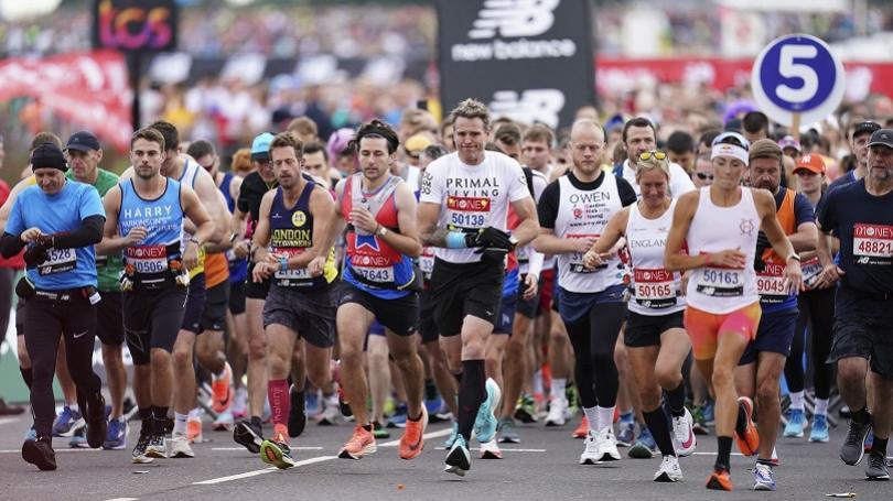 Dvaja Poliaci pobúrili Britov, na maratóne v Londýne bežali muž a žena s rovnakým číslom